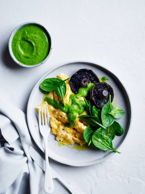 scrambled eggs with spinach pesto and mushrooms